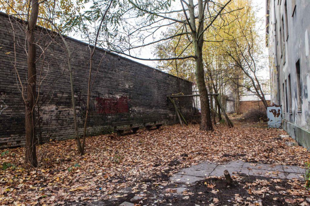 Film Location - Kleiner Hof mit Backsteinmauer