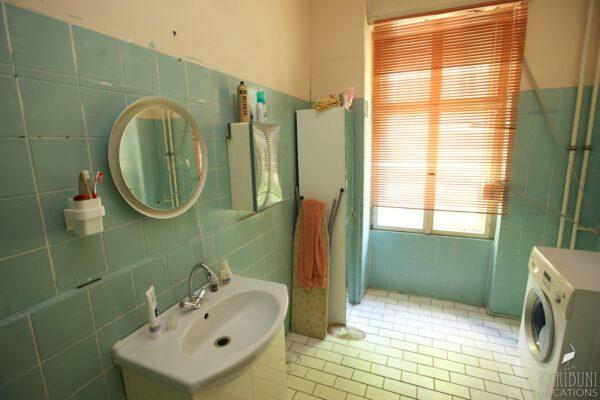 Omas Badezimmer - Waschbecken, Spiegel und Fenster