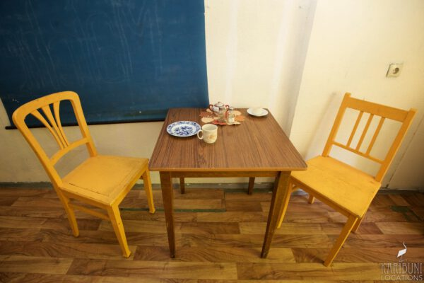 Omas Küche - Tisch mit Holzstühlen